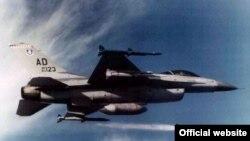 美国F-16战机和AIM-120中程空对空导弹 (美国空军)