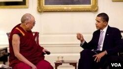 Presiden Barack Obama saat bertemu Dalai Lama di Gedung Putih tahun lalu (18 Februari 2010).
