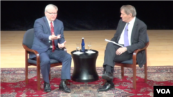 前澳大利亚总理陆克文(左)和美国公共电视台主持人查理•罗斯对话(2015年2月17日,美国之音视频截图)