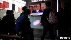 Personas miran un programa de televisión que transmite un reporte de noticias sobre una cumbre cancelada entre Estados Unidos y Corea del Norte, en Seúl, Corea del Sur, 25 de mayo del 2018. REUTERS/Kim Hong-Ji