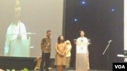 Istri Cak Nur, Ommy Komariah Madjid memberikan sambutan (Foto: VOA/Ahmad Bhagaskoro)