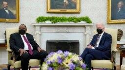 Le président Joe Biden, à droite, rencontre le président kenyan Uhuru Kenyatta, à gauche, dans le bureau ovale de la Maison Blanche à Washington, le 14 octobre 2021.