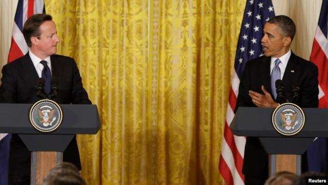 Presiden AS Barack Obama (kanan) dan tamunya, PM Inggris David Cameron dalam jumpa pers bersama di Gedung Putih, Senin (13/5).