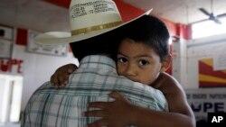 Miguel, 3, digendong ayahnya yang seorang migran ilegal di San Juan, Texas. (Foto: dok.)