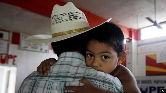 Miguel, 3 tuổi sinh ra ở Mỹ có cha mẹ là người nhập cư bất hợp pháp tại San Juan, Texas.