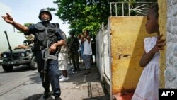 Des soldats jamaïcains patrouillent dans les rues de Kingston, en Jamaïque, le 27 mai 2010.