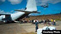 Marinos de Estados Unidos ayudan en las tareas de auxilio a las víctimas del tifón Haiyan.