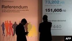 """Các cử tri đứng trước bảng thông tin về về kết quả cuộc trưng cầu dân ý về """"hệ thống bầu cử thay thế,"""" ở London, ngày 6 tháng 5, 2011"""