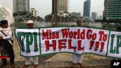 "Para aktivis Muslim garis keras menolak penyelenggaraan acara ""Miss World"" dalam aksi protes di Jakarta (14/9)."