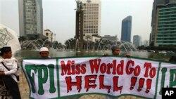 Para pengunjuk rasa memprotes penyelenggaraan kontes 'Miss World' dengan membentangkan spanduk di seputar bundaran HI, di Jakarta, Sabtu (14/9).