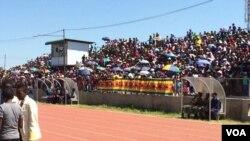 Abantu abase White City Stadium lapho obekunanzwa khona usuku lukazibuse welizwe leZimbabwe.