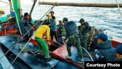 Des migrants arrêtés par des agents libyens.