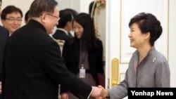 박근혜 한국 대통령(오른쪽)이 21일 청와대에서 제14차 한중지도자포럼 참석차 방한한 탕자쉬안 전 중국 외교담당 국무위원을 접견하며 악수하고 있다.