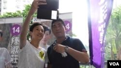 公民黨香港島地區直選候選人陳淑莊與支持者自拍 (美國之音 湯惠芸拍攝)