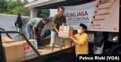 Bantuan juga dikirimkan ke luar kota Surabaya untuk warga miskin yang terdampak ekonominya karena corona. (Foto: VOA/Petrus Riski)