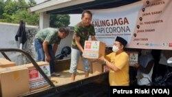 Bantuan sosial dikirimkan ke luar kota Surabaya untuk warga miskin yang terdampak ekonominya karena corona. (Foto: VOA/Petrus Riski)