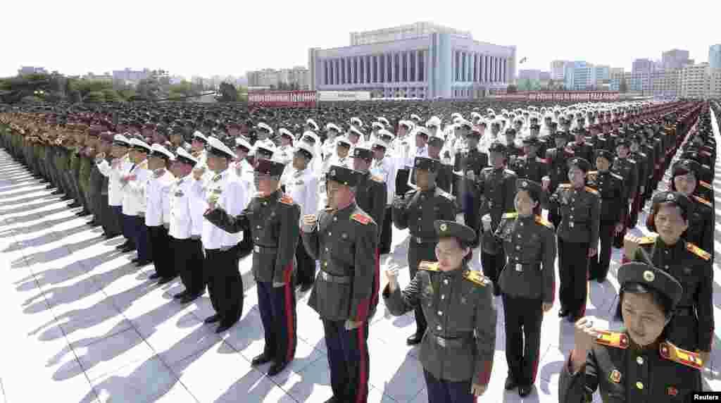 정전 60주년을 앞둔 24일, 북한 군인들이 인민무력부에 세워진 김일성·김정일 동상 앞에서 결의대회를 가졌다.