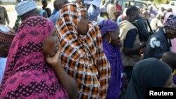 Iyayen da 'yan uwan 'yan matan da aka sace suna maida jawabi a taron da suka yi da gwamna jihar Borno, a Chibok, jihar Borno, 22 Afrilu 2014.
