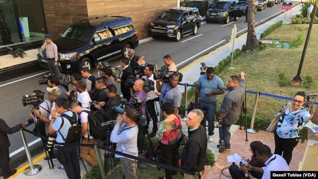 La prensa a la espera de la llegada de de las delegaciones durante el diálogo venezolano en Santo Domingo.
