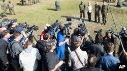 Un grupo de periodistas atiende un entrenamiento de los combatientes peshmerga en Alemania.
