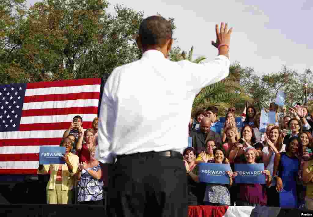 Le président Obama saluant ses partisans à Tampa, en Floride
