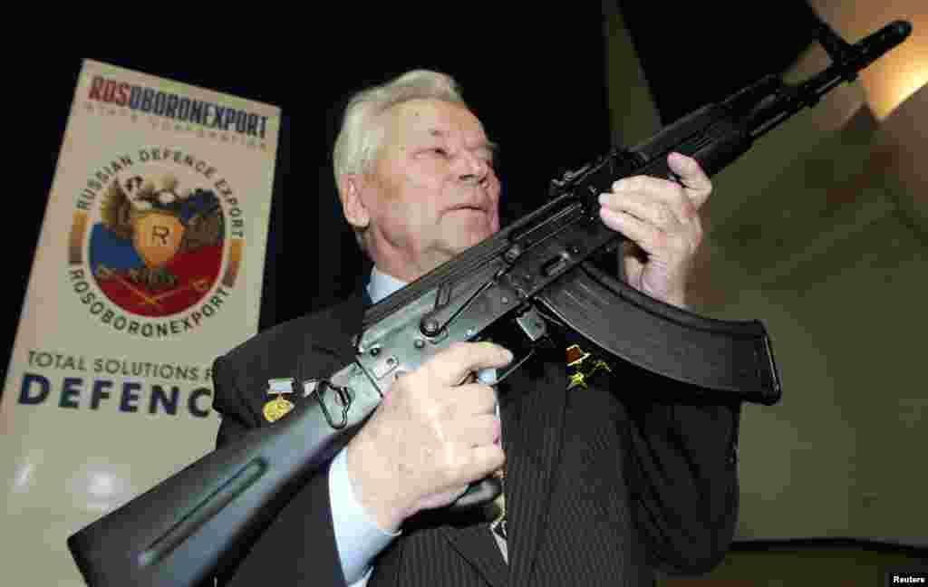 میخائل کلاشنکوف نے دنیا کی معروف ترین کلاشنکوف بندوق ڈیزائن کی تھی وہ 94 برس کی عمر میں انتقال کر گئے۔