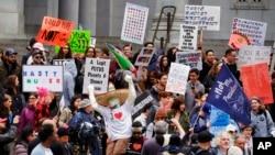 Para demonstran anti pemerintahan Donald Trump di Los Angeles hari Senin (20/2).