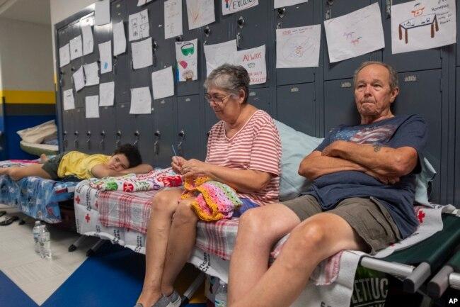 Gordon y Dina Reynolds con su nieta de 11 años, Abby, esperan en un refugio de la escuela secundaria North Myrtle Beach, convertida en refugio de la Cruz Roja para evacuados del huracán Dorian. Septiembre 4 de 2019.