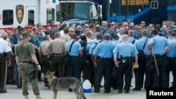 Missuri shtatining Ferguson shahrida politsiyachilar yig'in o'tkazmoqda, 18-avgust, 2014-yil.