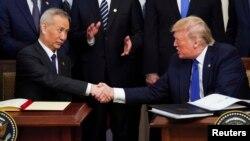 Phó Thủ tướng Trung Quốc Lưu Hạc bắt tay Tổng thống Mỹ Donald Trump sau khi ký 'Giai đoạn 1' thỏa thuận kinh tế và thương mại Mỹ-Trung ngày 15/1/2020.