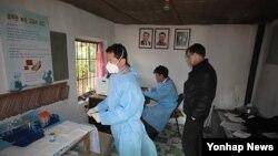 지난해10월~11월 평안남북도와 평양시 다제내성 결핵센터 등 8곳을 방문한 유진벨재단 관계자들. (자료사진)