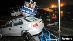 Xe cộ và tàu thuyền nằm trên bờ biển sau trận sóng thần nhỏ ở cảng Iquique, Chile, ngày 2/4/2014.