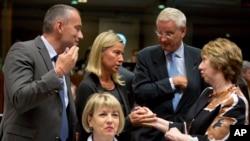 Trưởng phụ trách chính sách đối ngoại EU Catherine Ashton (phải) nói chuyện với ngoại trưởng Italia Federica Mogherini (thứ 2 bên trái) và ngoại trưởng Thụy Điển Carl Bildt (thứ 2 bên phải) tại cuộc họp bàn tròn giữa các bộ trưởng EU ở Brussels, 15/8/2014.