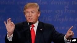 ປະທານາທິບໍດີ ທີ່ໄດ້ຮັບເລືອກໃໝ່ ຂອງສະຫະລັດ ທ່ານ Donald Trump ພວມໂຕ້ວາທີ ຄັ້ງທີ 3 ກັບຜູ້ສະໝັກ ປະທານາທິບໍດີ ຂອງພັກເດໂມແຄຣັດ ທ່ານນາງ Hillary Clinton ທີ່ມະຫາວິທຍາໄລ UNLV ໃນນະຄອນ Las Vegas.