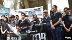 香港法律界及政界人士為諾貝爾和平奬得主劉曉波默站3分鐘,呼籲中國政府讓他自由到外國就醫。(美國之音湯惠芸拍攝 )
