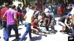 Люди помагають пораненим у місті Суруч