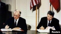 Момент подписания договора РСМД Михаилом Горбачевым и Рональдом Рейганом в 1987 году