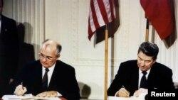 მიხეილ გორბაჩოვი და რონალდ რეიგანი INF-ის ხელშეკრულებას აწერენ ხელს, 1987 წლის 8 დეკემბერი