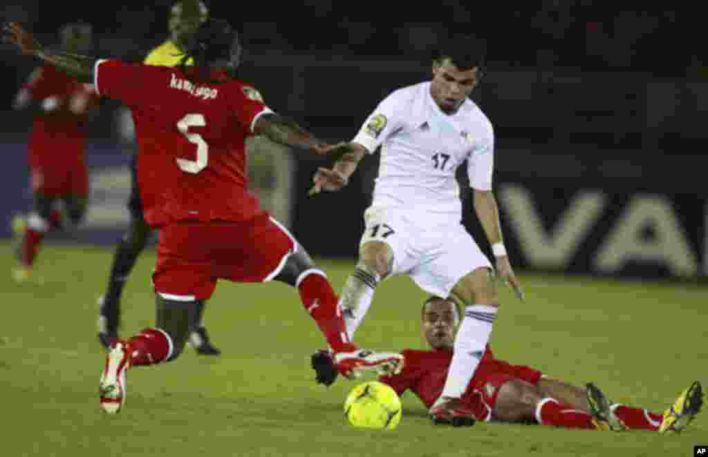 """El Khartoushi Walid of Libya (C) challenges Juvenal Edjogo (R) and Fousseny Kamissoko of Equatorial Guinea during the opening match of the African Nations Cup soccer tournament in Estadio de Bata """"Bata Stadium"""", in Bata January 21, 2012."""