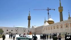 အီရန္ ေခါင္းေဆာင္ Ayatollah Ruhollah Khomeini ဂူဗိမၼာန္ကို လံုျခံဳေရး ယူထားစဥ္။