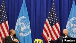 Presiden AS Joe Biden (kanan) bertemu dengan Sekjen PBB Antonio Guterres pada Sidang Majelis Umum PBB yang ke-76 di New York, AS, pada 20 September 2021. (Foto: Reuters/Kevin Lamarque)