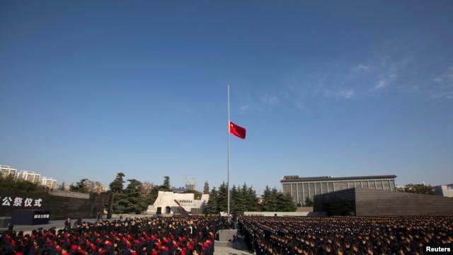 中國南京大屠殺博物館前舉行的紀念活動。 (2014年12月13日)