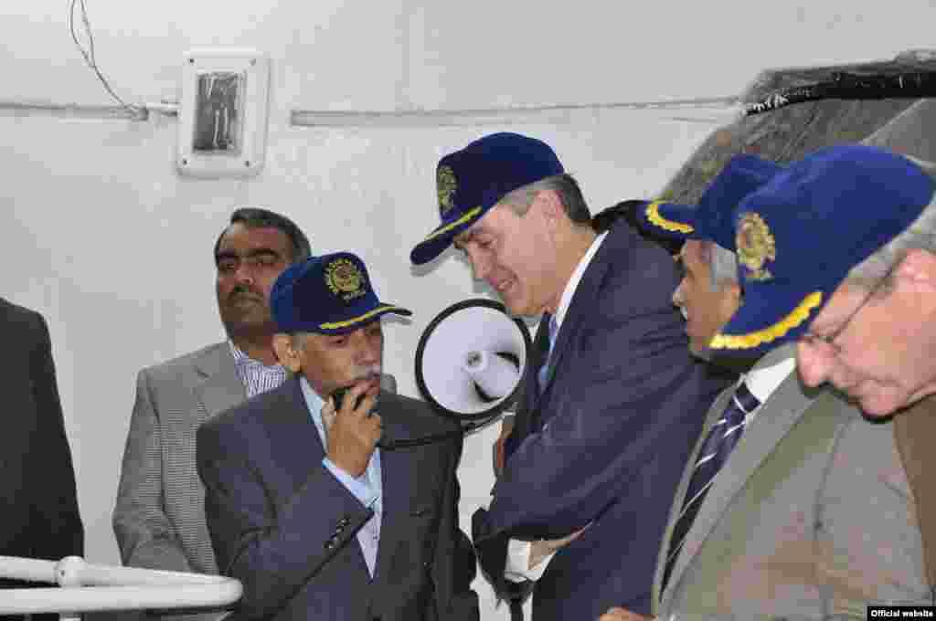 امریکی سفیر رچرڈ اولسن سید راغب عباس شاہ چیئر مین واپڈا سے گفتگو کر رہے ہیں
