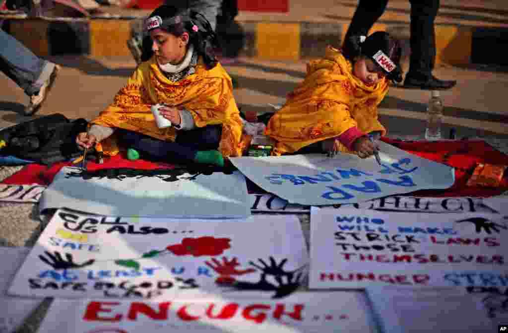 5일 성폭행 사건 피해자를 애도하는 뉴델리 행사장에서 애도의 메세지를 적는 아이들.