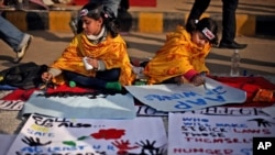 Anak-anak India menulis pesan dalam sebuah acara untuk menghormati korban pemerkosaan di New Delhi. (Foto: Ilustrasi)