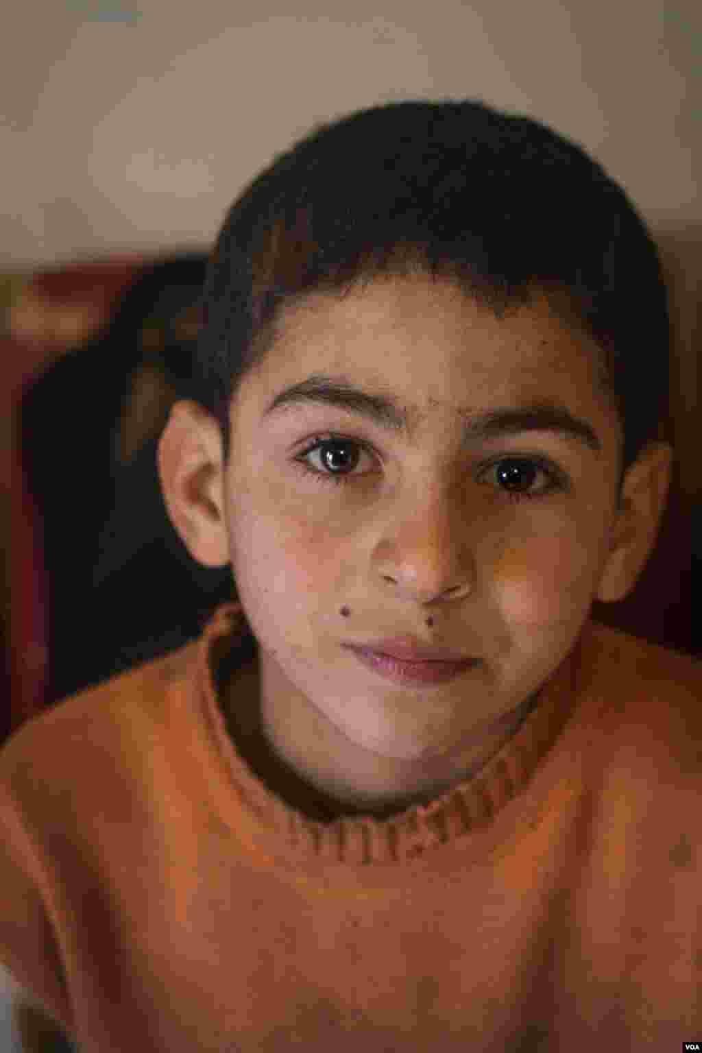 Hamad, 10, yang mengungsi dari Suriah tiga tahun lalu bersama keluarganya. Ia mengatakan bangga dapat membantu keuangan keluarganya. (VOA/John Owens)