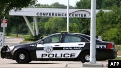 Un vehículo de la policía de Garland, Texas, bloquea la entrada al Curtis Culwell Center, atacado por dos extremistas.