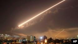 El cielo de Damasco es iluminado por los misiles disparados por EE.UU. en las primeras horas del sábado, 14 de abril, de 2018.