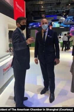 美国商会上海分会会长季恺文(左)出席第三届中国国际进口博览会,与参展的美商代表合影。(美国商会上海分会会长季恺文提供)