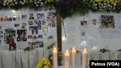 Galeri foto du deuil apres l'accident du vol AirAsia QZ8501 (Foto: VOA/Petrus)